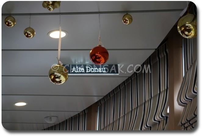 บนเพดานจะมีตำแหน่งว่ามีอะไรสำคัญอยู่ตรงหน้าต่างเราบ้าง ALTE DONAU = Old Danube